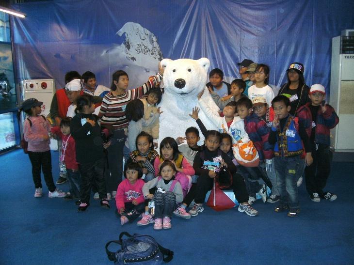 2011.1.25海洋探索館,其中3組成員與瀕臨絕種的北極熊合照