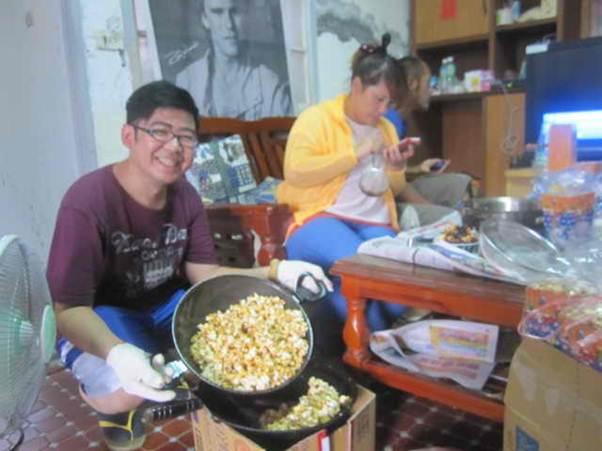 看電影一定要有爆玉米花,在沒有機器的情況下,借村民4個鐵鍋來爆玉米,有焦糖與奶油口味