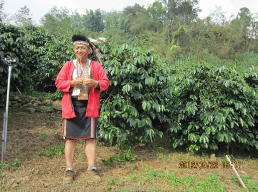 瑪納阿里山分會會長湯進賢是推動有機耕作的重要人物,從民意代表天天應酬到農民天天接觸土地,讓他找回健康。站在阿拉比卡種的咖啡樹前,講解如何增加產量的功力比專家還流利