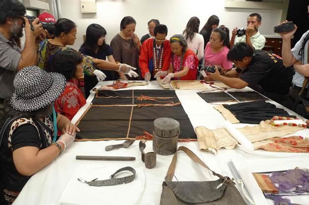 族人到台大人類學博物館找族人曾用過的服飾與日用品,帶手套避免汙染收藏品