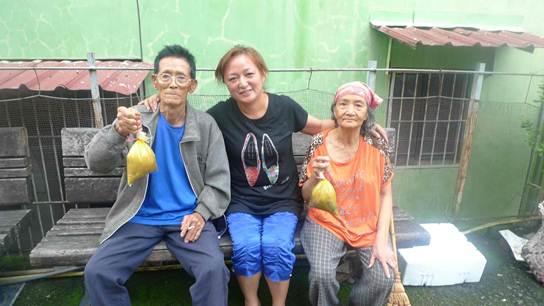 老人送餐,南瓜鴨肉全部食材都是當地的,族人自己種的